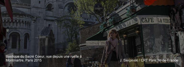 Basilique du Sacré Coeur, vue depuis une ruelle à Montmartre, Paris 2015 J. Sierpinski / CRT Paris Ile-de-France