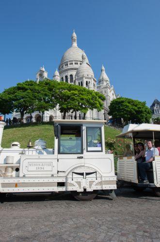 La basilique du Sacré-Coeur en arrière plan et le petit train touristique en premier plan%252C Paris 2013. G. Targat %252F CRT Paris Ile-de-France