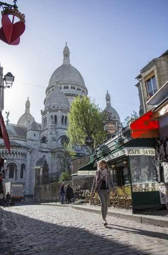 Basilique du Sacré Coeur%252C vue depuis une ruelle à Montmartre%252C Paris 2015 J. Sierpinski %252F CRT Paris Ile-de-France