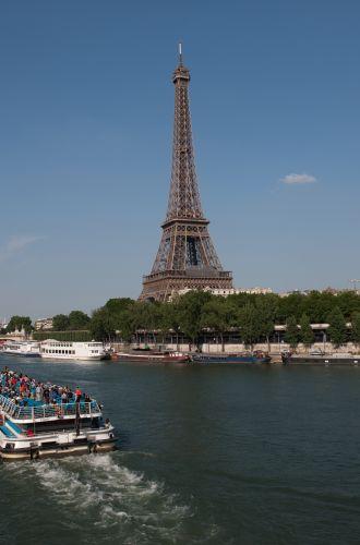 La Tour Eiffel et un bateau de croisière en 1er plan sur la Seine%252C Paris%252C 2013 G.Targat %252F CRT Paris Ile-de-France