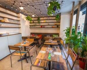 Entrée du restaurant, plafond végétal Positive Café