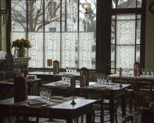 Salle à manger dressée tournesols © Maison de Van Gogh