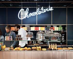 Chocolaterie Cyril Lignac, comptoir avec vendeurs et Cyril Lignac, Paris 2016 YANN DERET