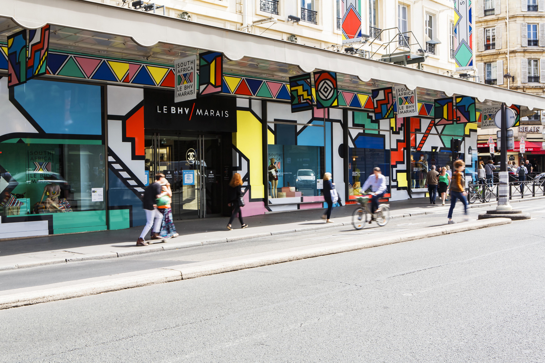 Bazar de l'Hôtel de Ville (BHV)%252C vitrines%252C Paris 2017. Visiteurs à Bercy Village%252C Paris 2017.