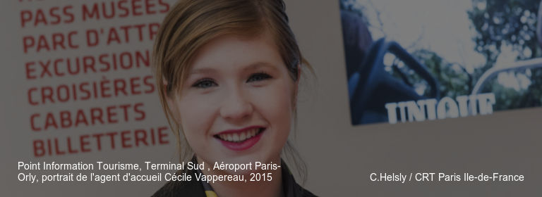 Point Information Tourisme, Terminal Sud , Aéroport Paris-Orly, portrait de l'agent d'accueil Cécile Vappereau, 2015 C.Helsly / CRT Paris Ile-de-France
