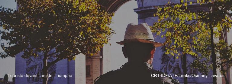 Touriste devant l'arc de Triomphe CRT IDF/ATF/Liiinks/Osmany Tavares