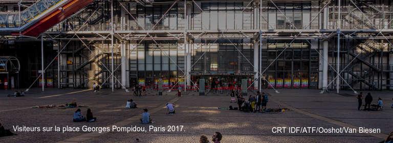 Visiteurs sur la place Georges Pompidou, Paris 2017. CRT IDF/ATF/Ooshot/Van Biesen