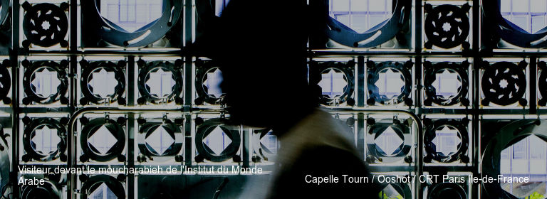 Visiteur devant le moucharabieh de l'Institut du Monde Arabe Capelle Tourn / Ooshot / CRT Paris Ile-de-France