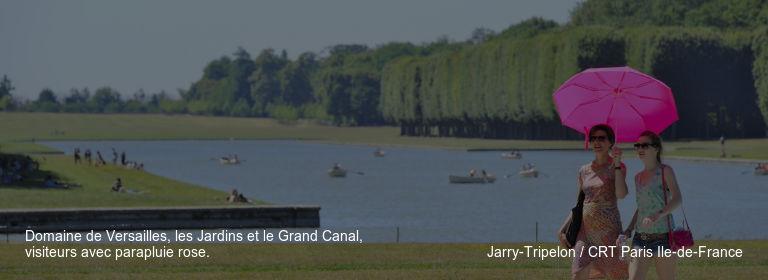 Domaine de Versailles, les Jardins et le Grand Canal, visiteurs avec parapluie rose. Jarry-Tripelon / CRT Paris Ile-de-France