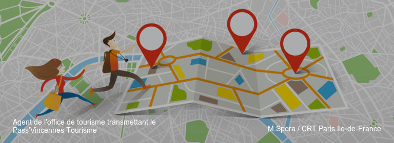 Agent de l'office de tourisme transmettant le Pass'Vincennes Tourisme M.Spera / CRT Paris Ile-de-France