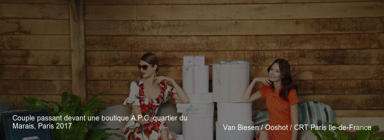 Couple passant devant une boutique A.P.C, quartier du Marais, Paris 2017 Van Biesen / Ooshot / CRT Paris Ile-de-France