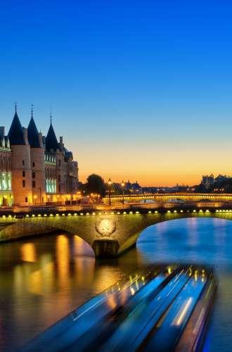La Seine de nuit%252C vue sur la Conciergerie%252C bateau de croisière%252C Paris. A.Gelot %252F CRT Paris Ile-de-France