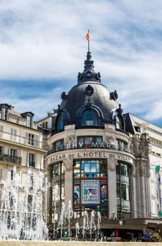 Bazar de l&%2523039;Hôtel de Ville (BHV)%252C façade avec fontaines en 1er plan%252C Paris 2017. Capelle Tourn %252F Ooshot %252F CRT Paris Ile-de-France