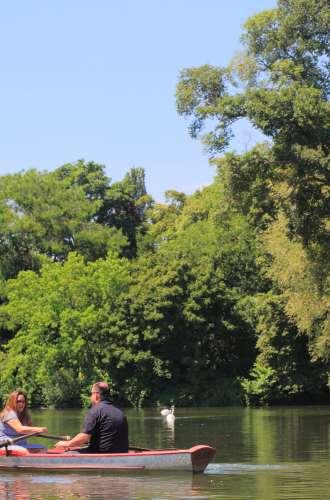Couple dans une barque sur le Lac Daumesnil%252C Bois de Vincennes%252C 2017. Maisant %252F Hemis %252F CRT Paris Ile-de-France