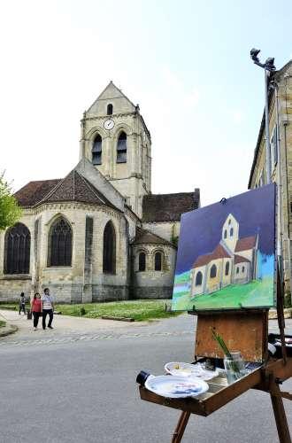 Village des Impressionnistes%252C artiste peintre devant l église peinte par Vincent Van Gogh Jarry-Tripelon %252F CRT Paris Ile-de-France