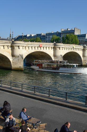 Croisière sur la Seine avec les Vedettes de Paris passant sous le Pont Neuf%252C 2017. A.Nestora