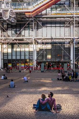 Visiteurs sur la place Georges Pompidou%252C Paris 2017. CRT IDF%252FATF%252FOoshot%252FVan Biesen