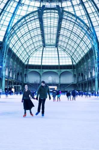 Grand Palais des Glaces%252C couple avec patins à glace%252C sous la verrière de la Nef du Grand Palais%252C Paris 2014 N.Baetens %252F CRT Paris Ile-de-France
