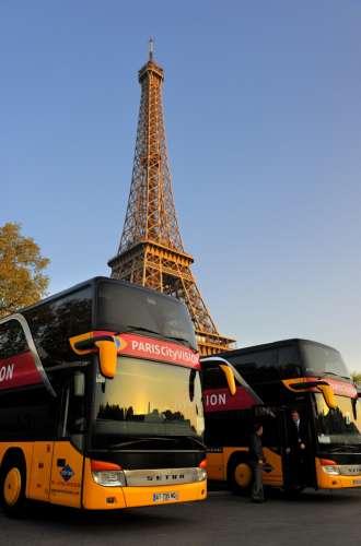Paris (75) 7ème arrondissement%252C parking de bus de touristes devant la Tour Eiffel