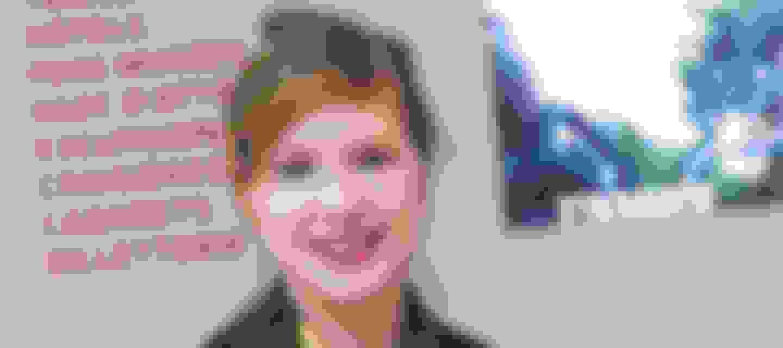 Point Information Tourisme, Terminal Sud , Aéroport Paris-Orly, portrait d'une agent d'accueil