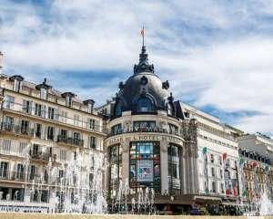 Bazar de l'Hôtel de Ville (BHV), façade avec fontaines en 1er plan, Paris 2017. Capelle Tourn / Ooshot / CRT Paris Ile-de-France