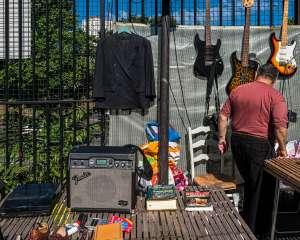 Stand aux puces de Montreuil, vente de guitares électriques et autres objets d'occasion, 2017 Van Biesen / Ooshot / CRT Paris Ile-de-France