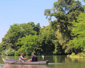 Couple dans une barque sur le Lac Daumesnil, Bois de Vincennes, 2017. Maisant / Hemis / CRT Paris Ile-de-France