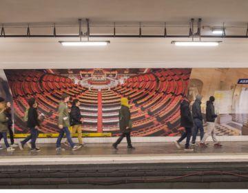 Station de métro Assemblée nationale, mur décoré, Paris 2014. RATP