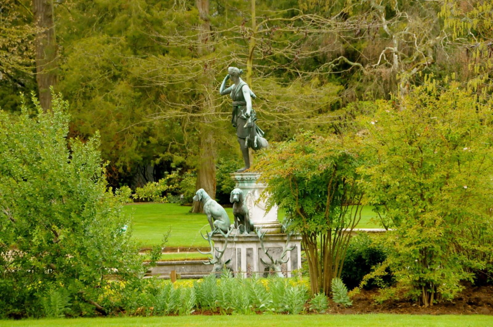 Château de Fontainebleau%252C jardin de Diane. Château de Fontainebleau%252C étang des carpes.