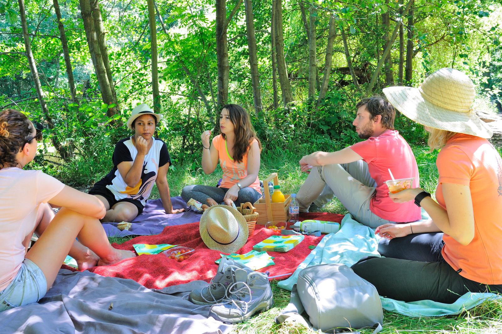 Forêt domaniale de la Malmaison%252C pique-nique de randonneurs. été 2016 Randonneurs avec carte%252C sur les berges de la Seine%252C Rueil-Malmaison%252C été 2016.