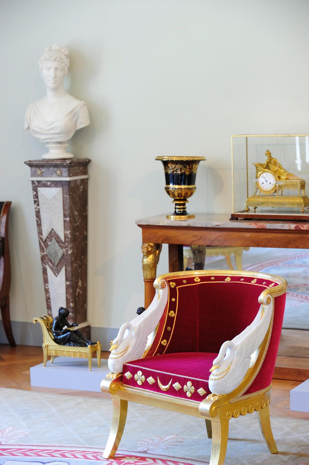 Château de Malmaison%252C détail du tableau Napoléon 1er en costume de sacre%252C peinture de Francois baron Gérard %252C Rueil-Malmaison. Château de Malmaison%252C La salle de la frise%252C Rueil-Malmaison.
