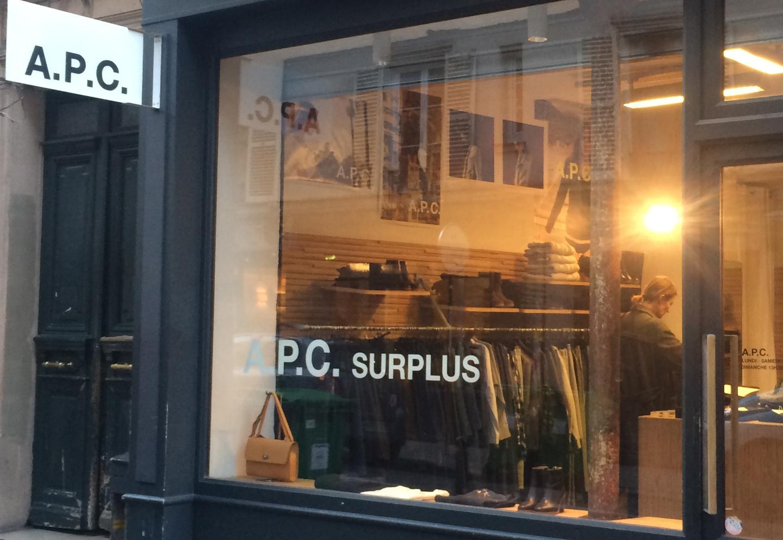 Couple passant devant la boutique A.P.C%252C quartier du Marais%252C Paris 2017. Boutique mode création Spree%252C Paris.