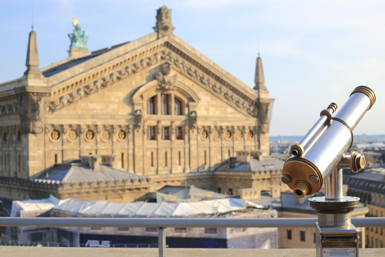 Longue vue publique sur la terrasse des Galeries Lafayette Haussmann offrant une vue imprenable sur tout Paris et ses monuments. Opéra national de Paris en arrière-plan%252C 2017. Maisant - Hemis - CRT Paris Ile-de-France