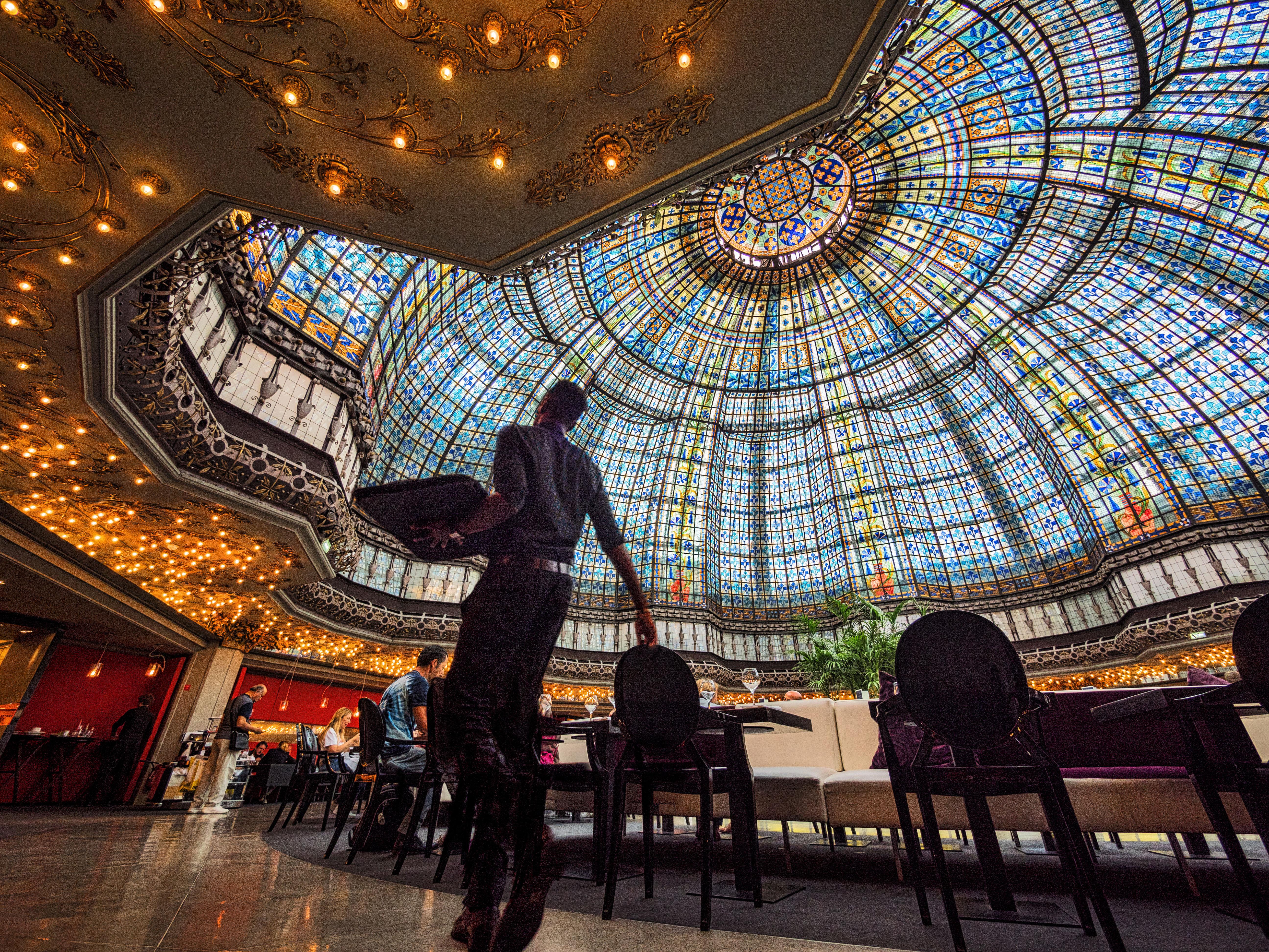 Brasserie Printemps Haussmann%252C sous la coupole du grand magasin%252C serveur avec plateau%252C Paris 2017 Carrousel du Louvre%252C Paris 2017