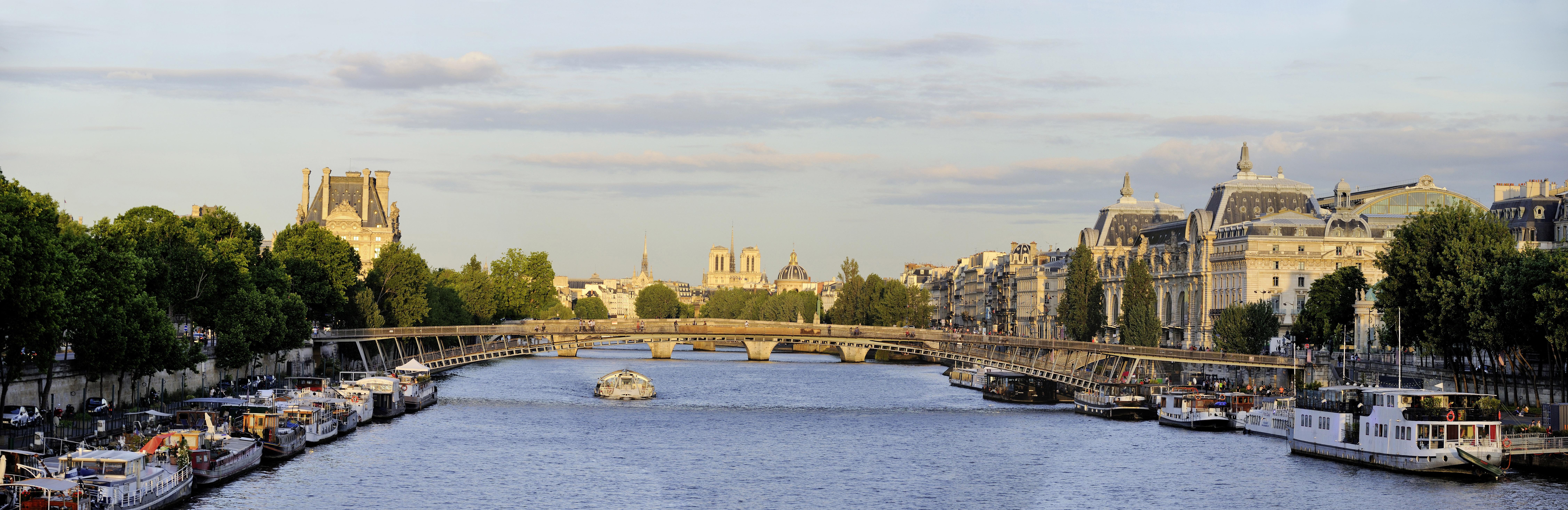 Jarry-Tripelon %252F CRT Paris Ile-de-France Batobus sur la Seine%252C Le Louvre et Notre-Dame en fond%252C Paris.