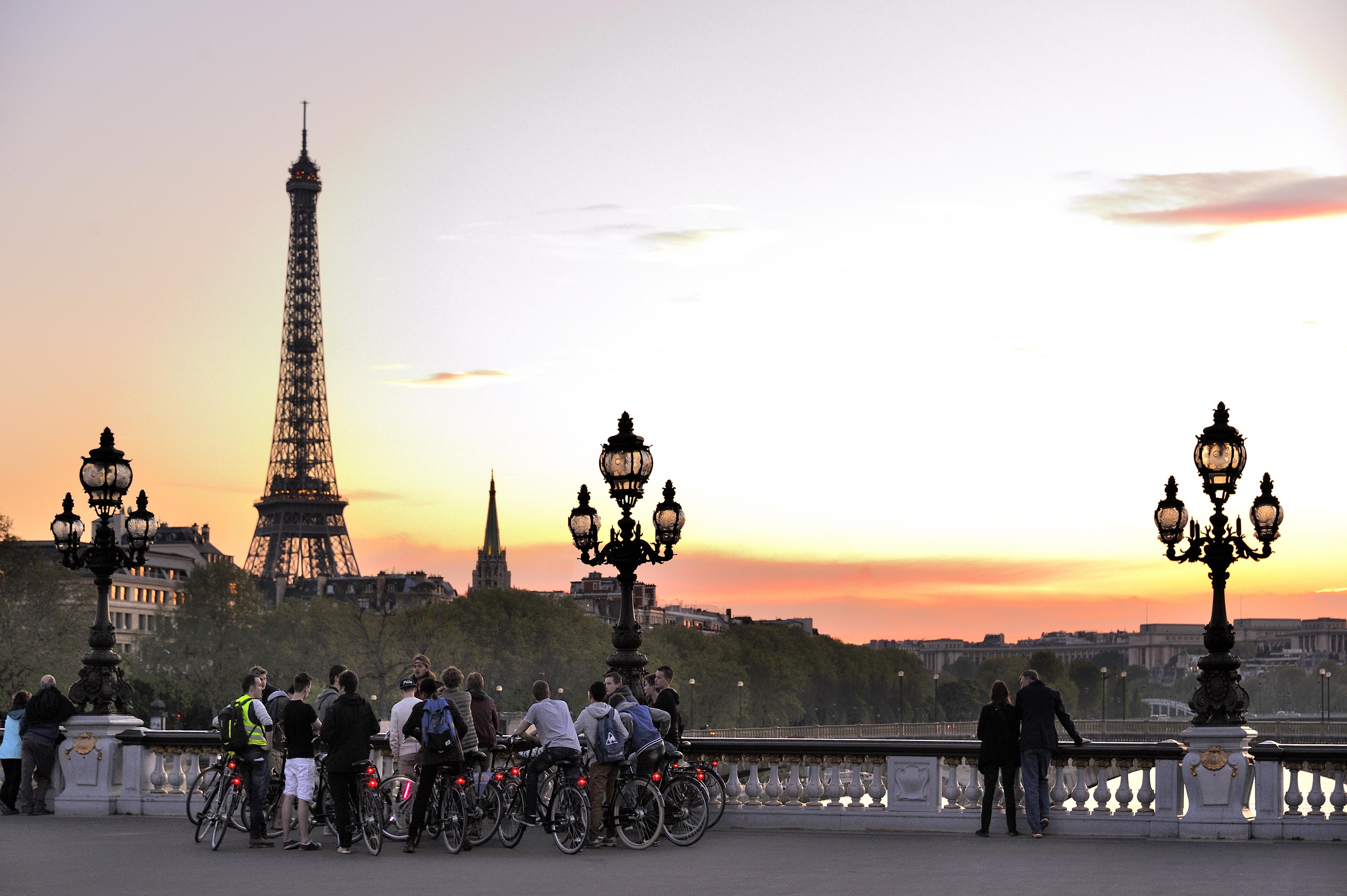 Groupe de jeunes touristes visitant Paris en vélo Jarry-Tripelon - CRT Paris Ile-de-France