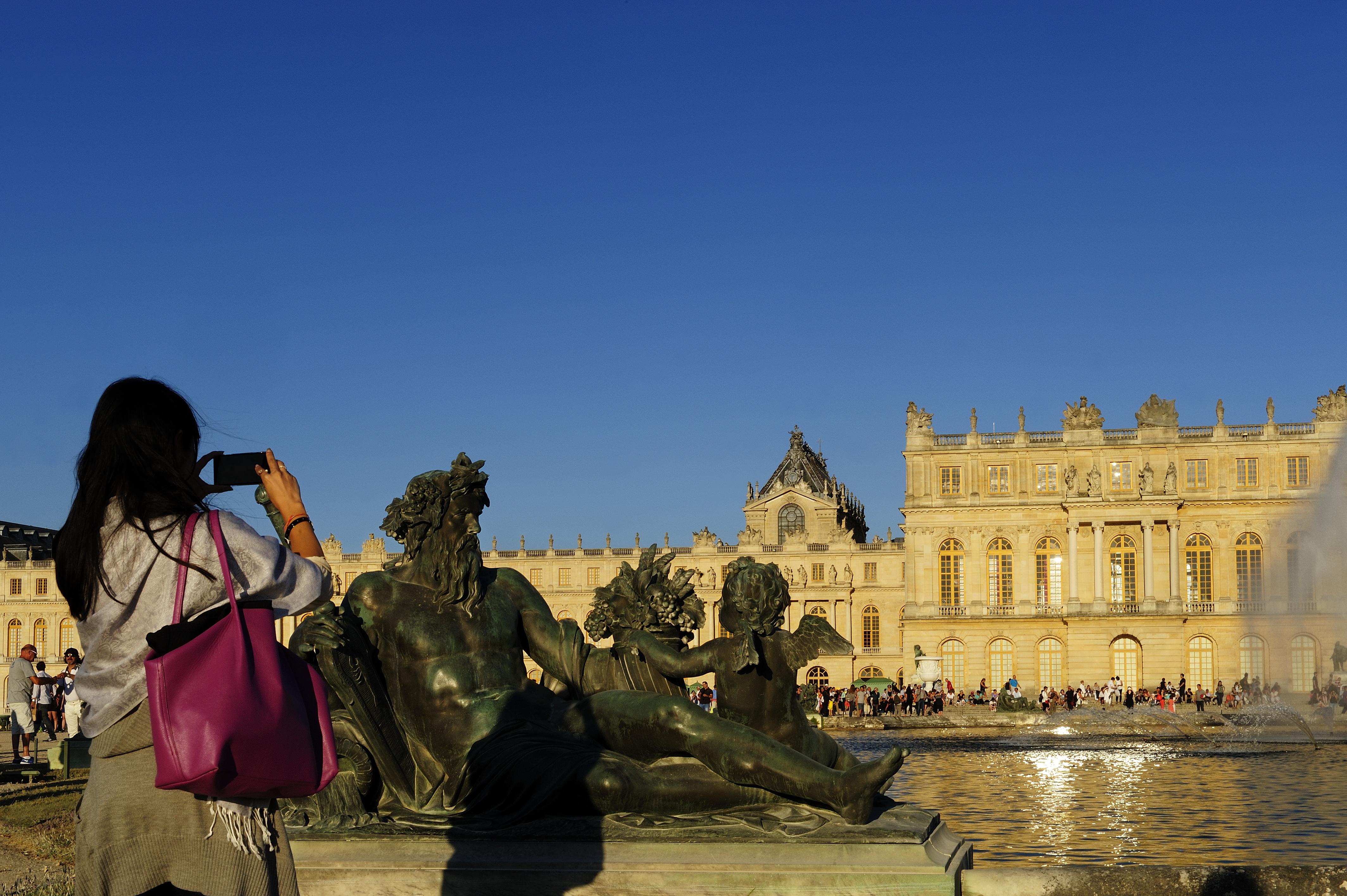Domaine de Versailles%252C le château et les Parterres d'eau%252C statue La Seine par Balthasar Keller. Jarry-Tripelon - CRT Paris Ile-de-France