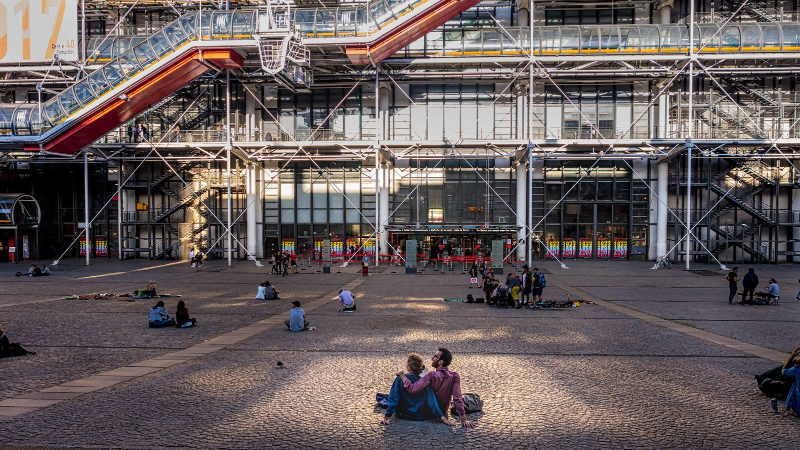 Visiteurs sur la place Georges Pompidou%252C Paris 2017. Boutique du Centre Pompidou%252C femme regardant son smartphone%252C Paris 2017.