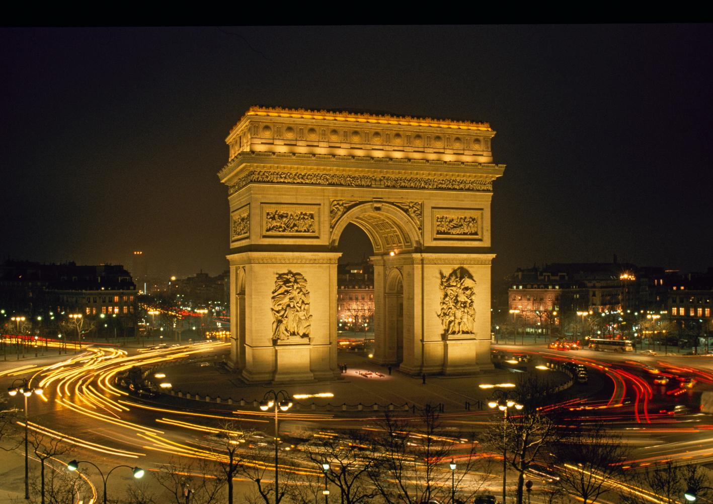 Arc de Triomphe%252C circulation de nuit place de l'Etoile%252C Paris J.-M. Charles-CMN%252C Paris