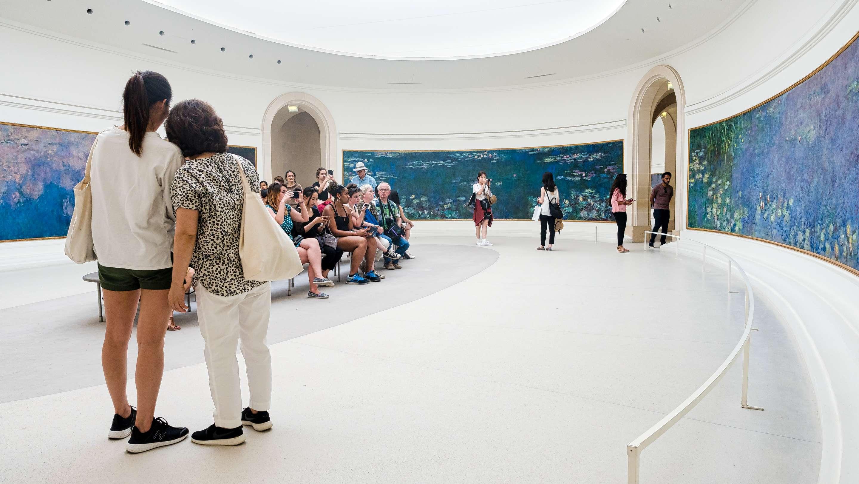 Touristes dans la salle des Nymphéas du musée de l'Orangerie%252C Paris 2017. CRT IDF%252FATF%252FOoshot%252FVan Biesen
