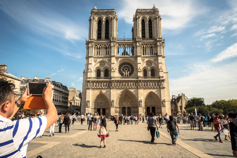 Touristes sur le parvis de la Cathédrale Notre-Dame de Paris 2015 J. Sierpinski %252F CRT Paris Ile-de-France