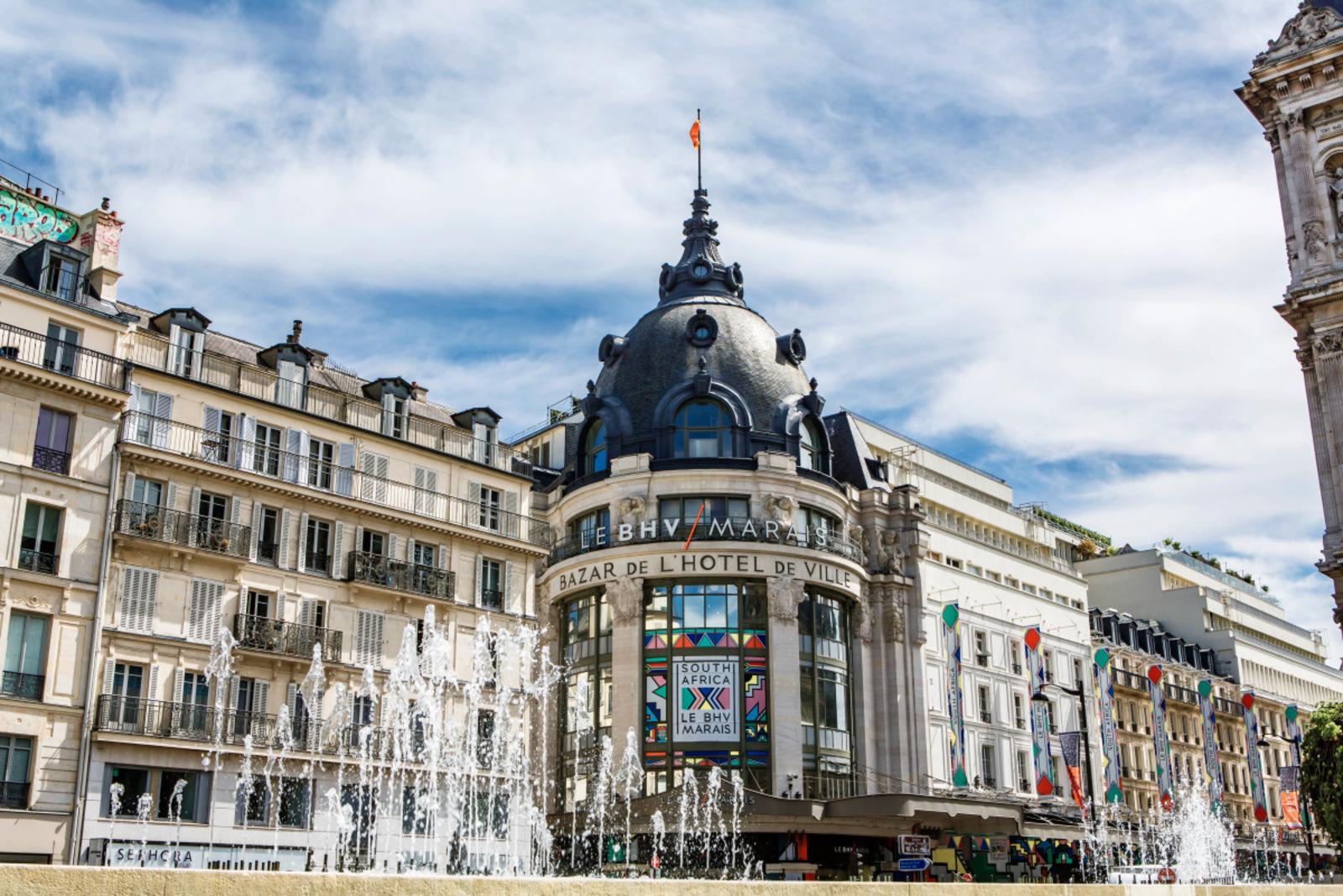 Bazar de l'Hôtel de Ville (BHV)%252C façade avec fontaines en 1er plan%252C Paris 2017. Capelle Tourn %252F Ooshot %252F CRT Paris Ile-de-France