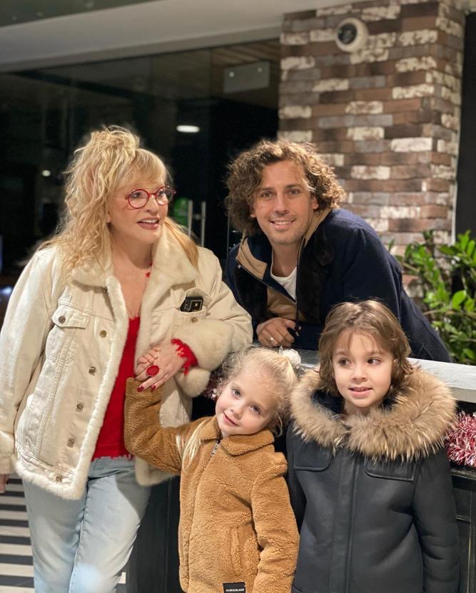 Максим Галкин поделился семейным фото с Аллой Пугачевой и детьми