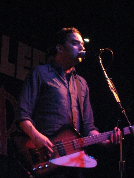 От коронавируса на 53-м году жизни скончался певец Адам Шлезингер