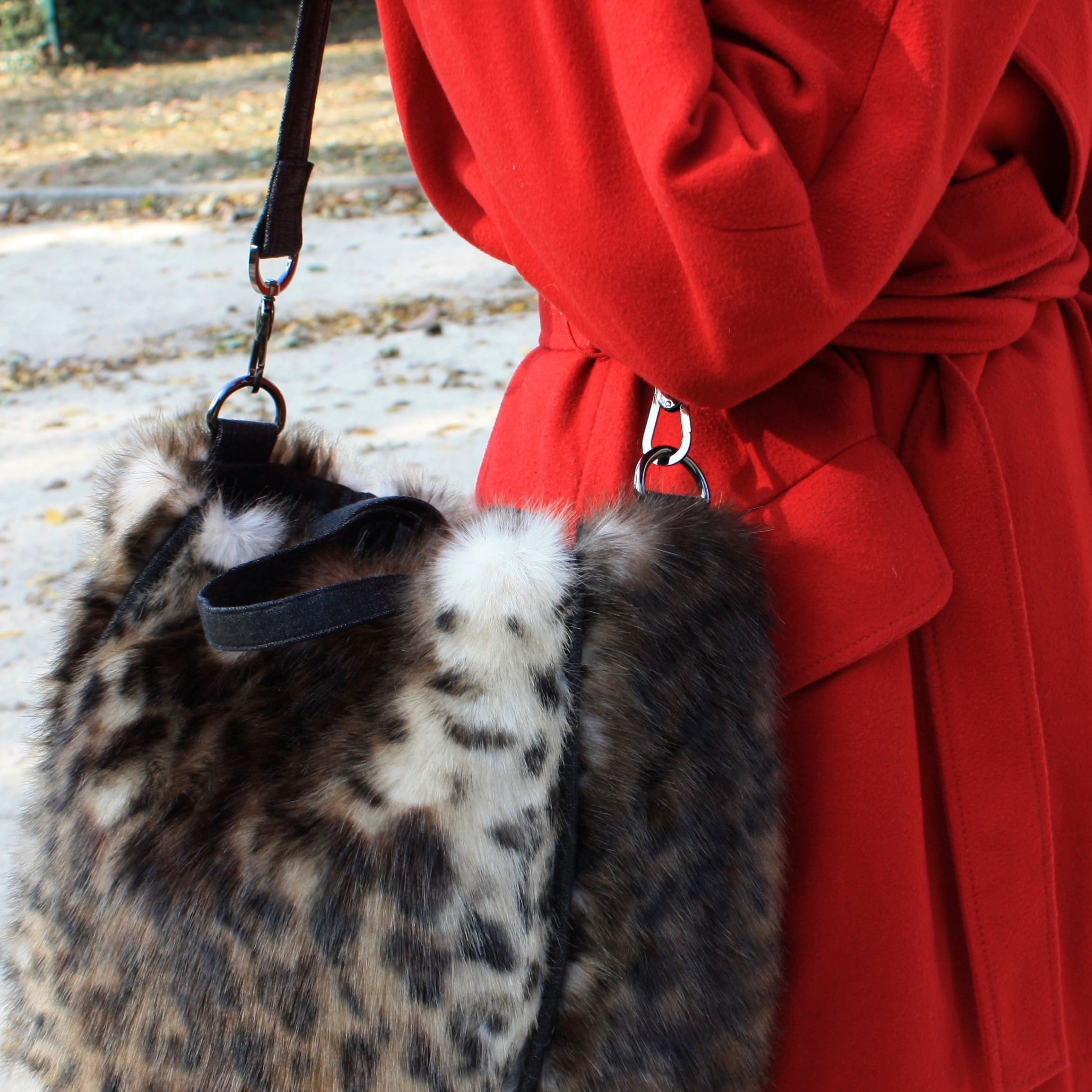 Sac cabas en fausse fourrure imitation léopard avec poignées et bandoulière réglable amovible.