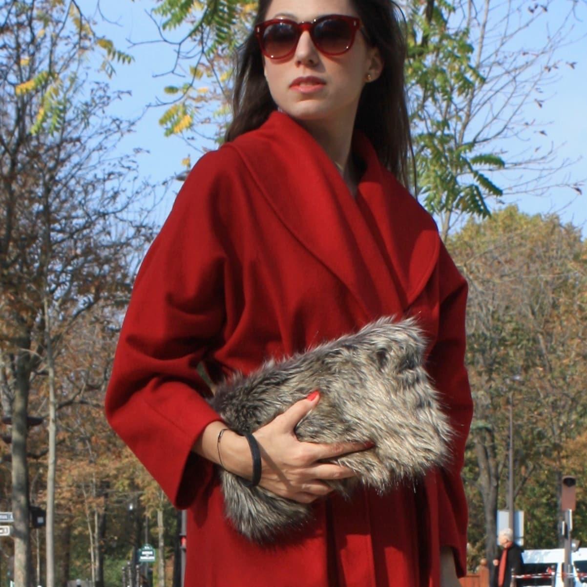 Pochette en fausse fourrure renard argenté avec dragonne amovible.