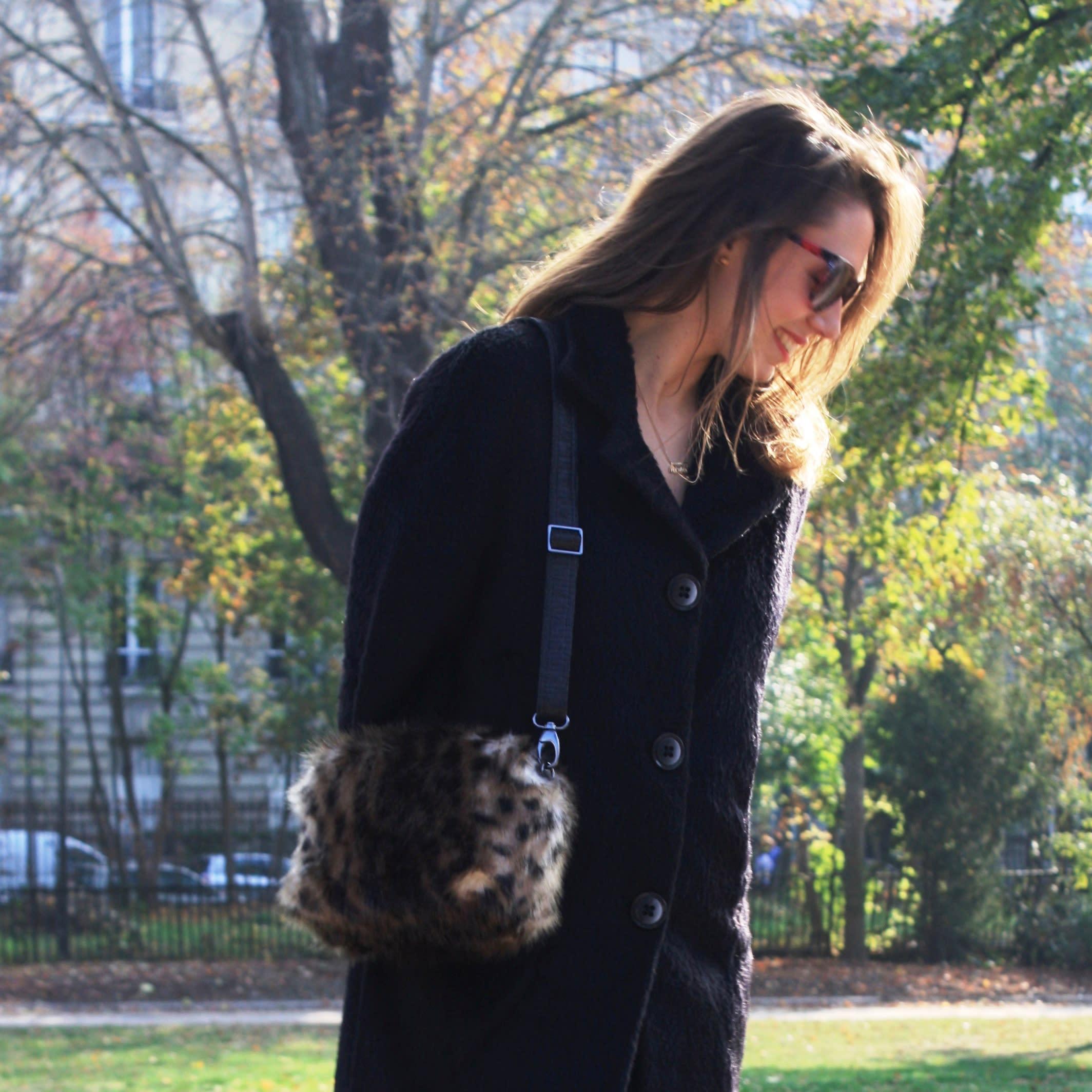 Petit sac à main léopard en fausse fourrure avec bandoulière amovible.