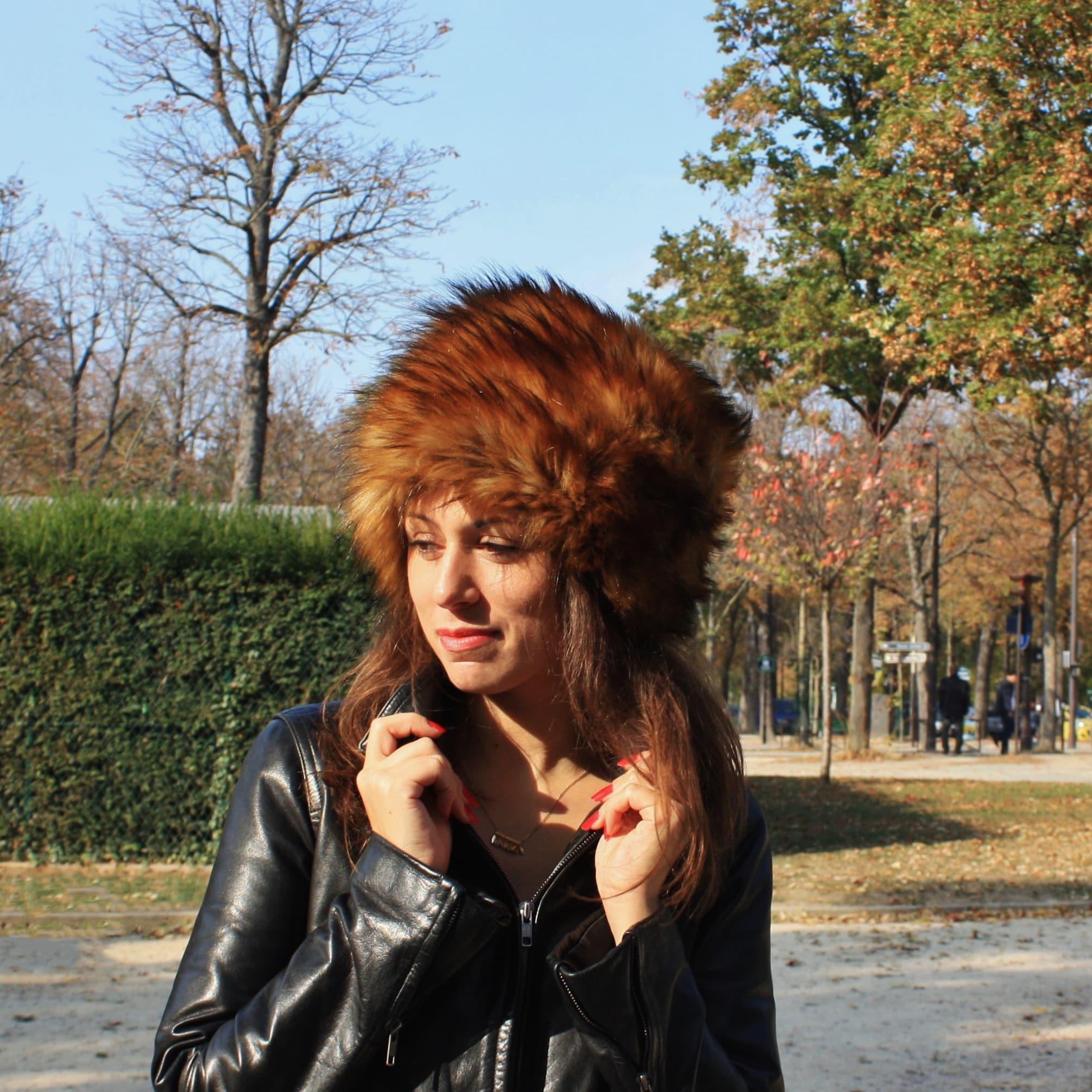 Toque en fausse fourrure raton laveur. Chapeau d'hiver en fourrure a poils longs couleur cuivre marron.