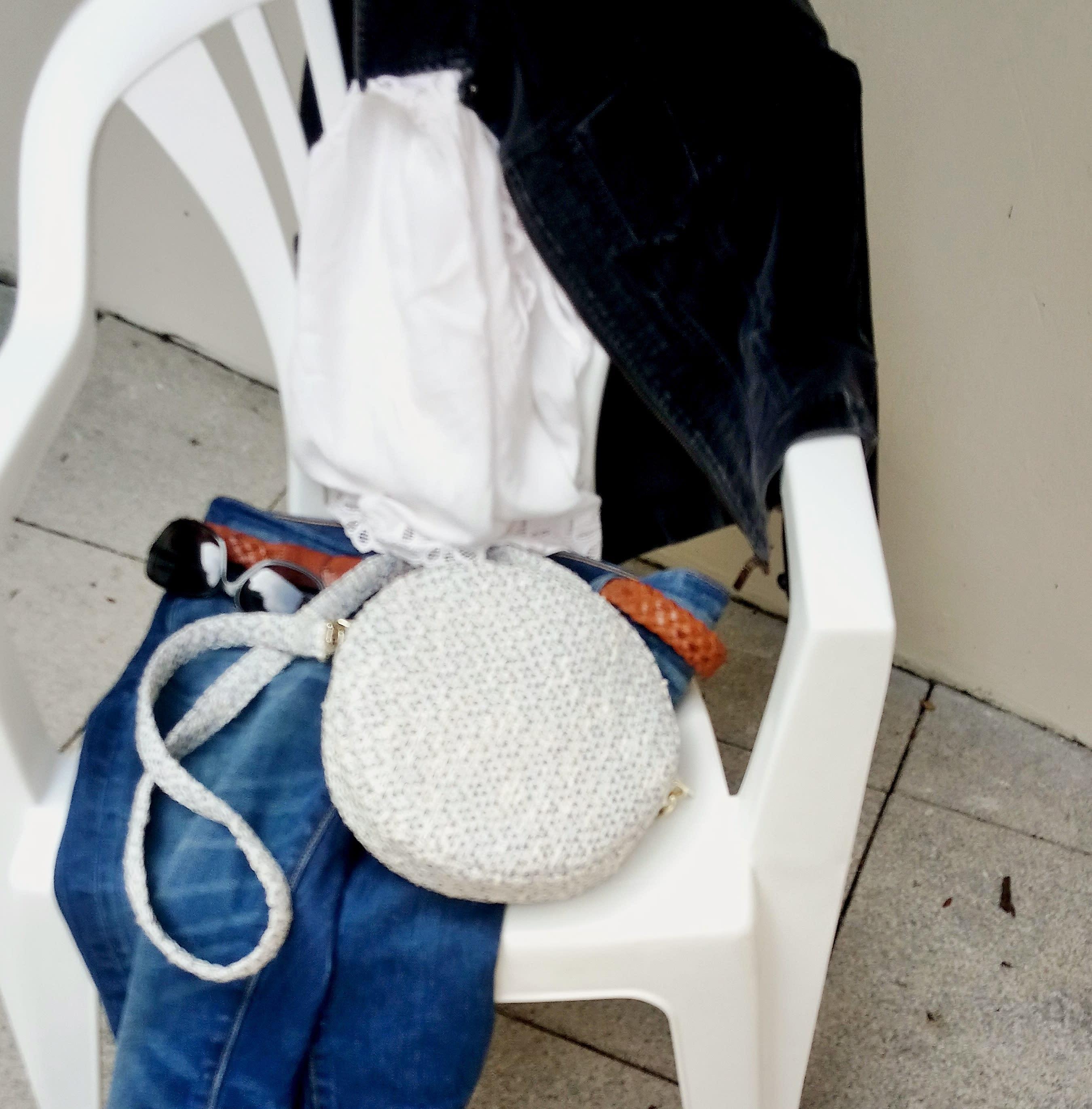 Petit sac bandoulière rond bleu. Pochette en tweed haute couture bleu.