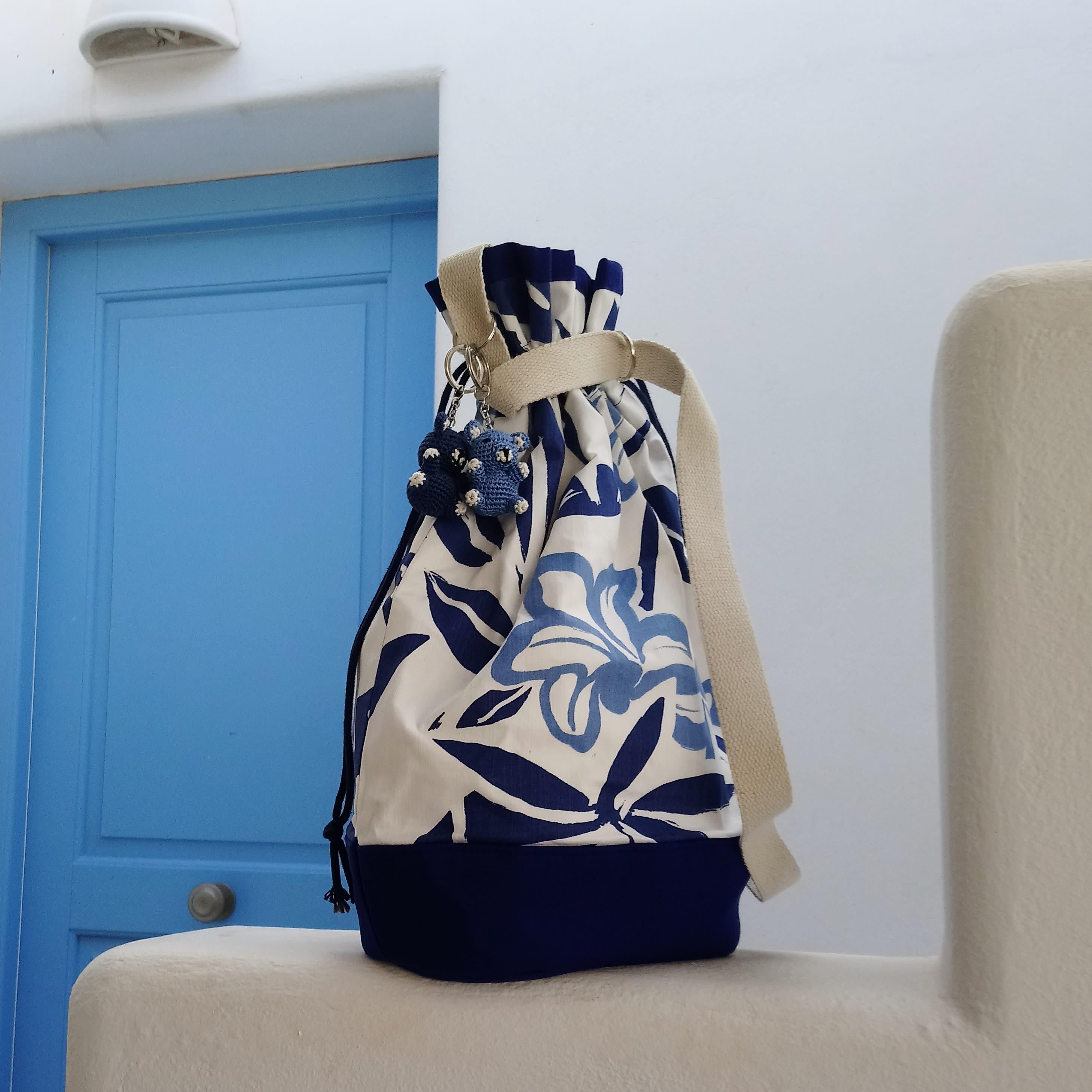 Sac bandoulière bleu et blanc à fleurs. Grand sac seau pratique.